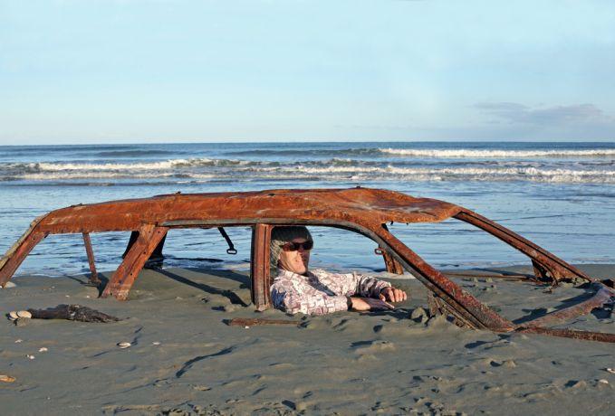 Gimana caranya mobil ini bisa tenggelam di pinggir pantai?. Pasti udah lama banget tuh, sampai karatan semua. Untung orangnya nggak ikutan karatan.