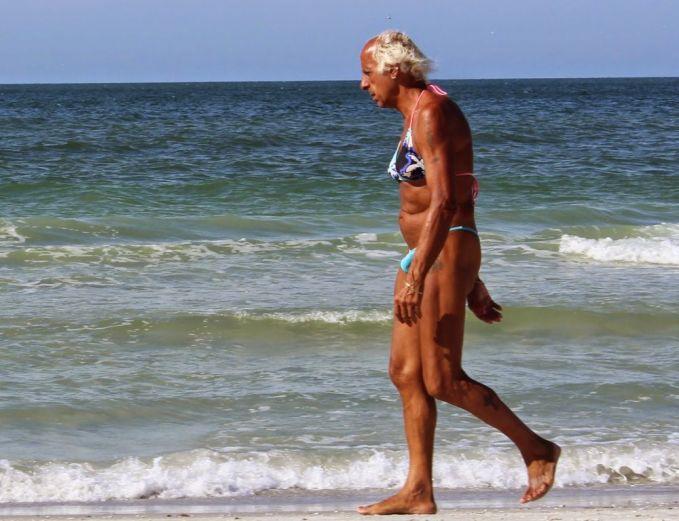 Kini, bikini nggak cuma dipakai buat kaum wanita saja Pulsker. Liat nih, si bapaknya dengan pedenya bak bintang film Baywatch berjalan di pinggir pantai.