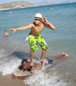 Aksi Kocak Seseorang Saat Liburan di Pantai, Pede Banget Nih!