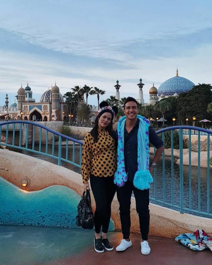 Tak lupa keduanya juga mengunjungi Disneyland. Bumil yang bahagia.