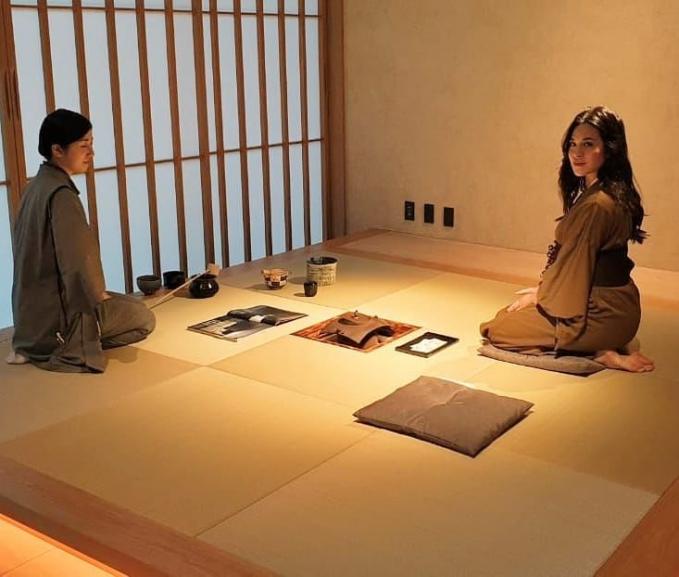 Berkunjung ke Jepang Raisa juga belajar menyajikan teh khas Jepang.
