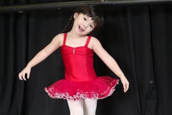 Nah dengan baju balet ini udah seperti boneka Barbie