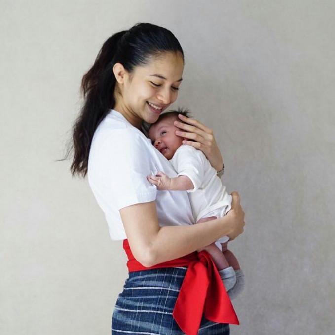 Meski baru merasakan rasanya unya anak tapi Putri Marino sudah luwes menggendong Surinala.