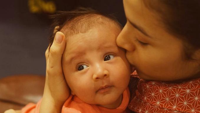 Umur Baby Surinala sekarang ini baru 2 bulan lho. Coba mirip siapa?