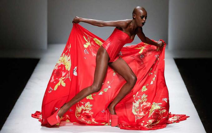 Kali aja kainnya bisa melindungi diri saat jatuh diatas catwalk, setidaknya mengurangi rasa sakit dan rasa malu.
