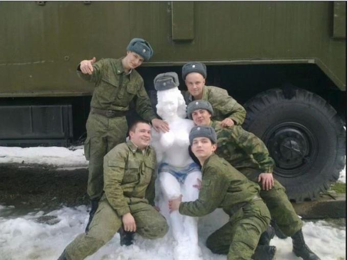 Maklum Pulsker, di barak jarang ngeliat cewek. Patung dari salju terlihat keren saat foto bareng.