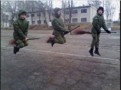 Aksi Kocak Para Tentara Kalau Lagi Nganggur di Markas