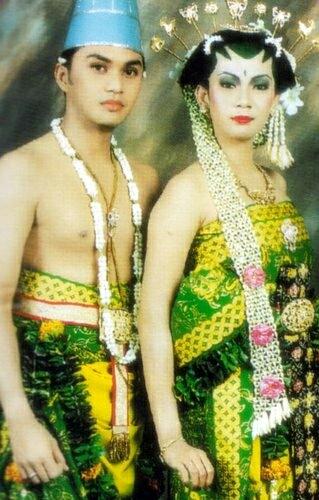 Anjasmara dan Dian Nitami nikah dengan adat Jawa. Sakral banget kelihatannya. Mereka masih harmonis sampai sekarang.
