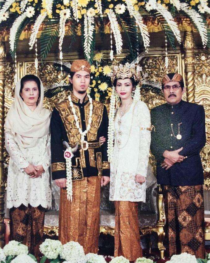 Yang satu ini adalah foto pernikahan Ahmad Dhani dan Bunda Maia tahun 1994 yang sekarang sudah menjadi istri dari Iwan Musry. InOK pernikahan mewah jaman dulu.