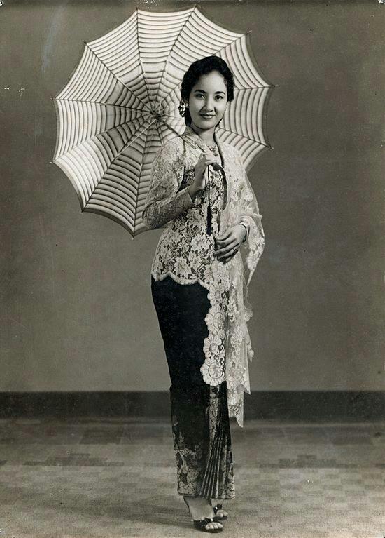 Cithra Dewi Artis yang dikenal saat membintangi film tiga dara pada tahun 1956 bersama Mieke Wijaya. Foto ini diambil pada era 60 an. Cithra Dewi sendiri sudah meninggal pada tahun 2008 lalu pada usia 74 tahun.