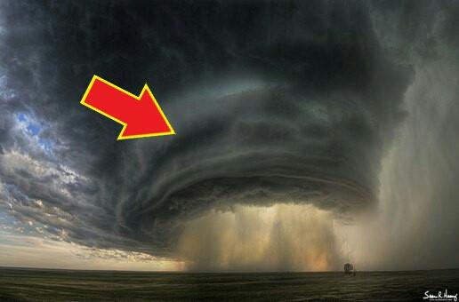 Awan Supercell Awan ini terbentuk karena badai Supercell yang besar dan berlangsung dalam waktu yang cukup lama. Awan ini terbentuk karena perputaran aliran angin yang terus menerus. Dan awan ini juga berbahaya. Karena mengeluarkan banjir Bandang, hujan es balok, dan angin berbahaya.