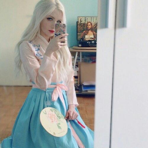 Apalagi dengan baju khas China. Tampak sangat cantik.
