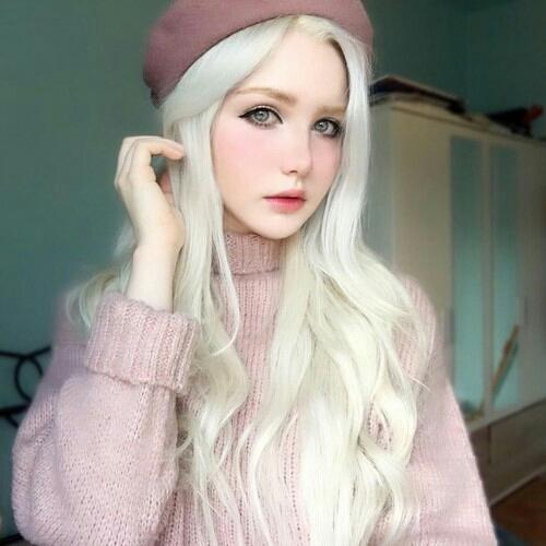 Rambutnya yang pirang serta kulit putih, serta wajah yang sempurna tampak sangat mirip gambar animasi.