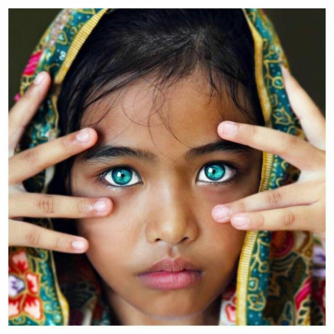 Warna mata yang hijau kebiruan anak ini sangatlah indah