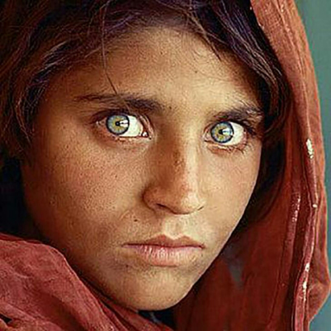 Gadis ini mempunyai warna mata yang hijau sedikit keabuan.