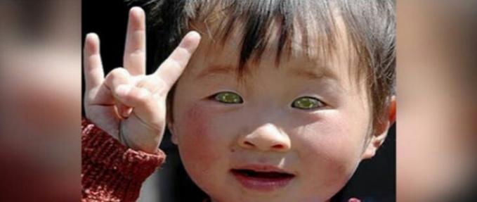 Waw gadis kecil ini unik sekali matanya yang sipit dengan warna hijau yang menggambarkan keceriaan .