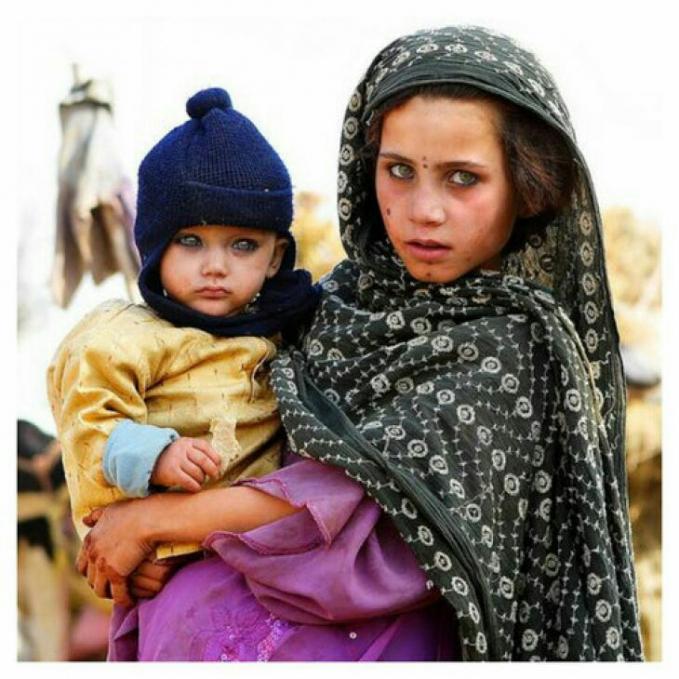 Wanita dan anaknya ini juga sangat khas dengan matanya berwarna kehijauan kayak boneka.