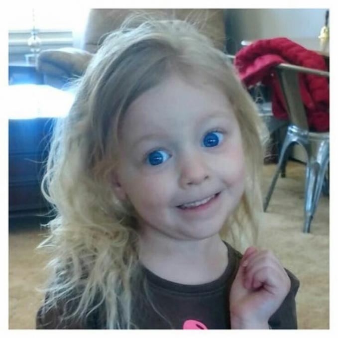 Duh cantik banget si kecil ini dengan mata yang bulat dan biru bening yaa