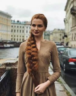 Potret Cantik Pemilik Rambut Rapunsel. Rambutnya Sangat Luar Biasa