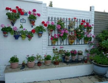 Yang suka bunga bisa memasang media besi untuk menggantung pot bunga.