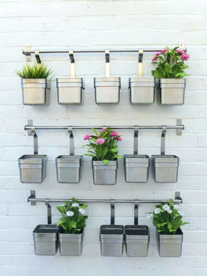 Dari bahan stainless juga bisa dipasang pot bunga yang cantik.