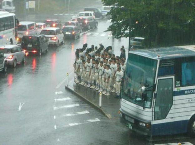 Waw mereka rela tertib menunggu tumpangan dengan berjajar rapih
