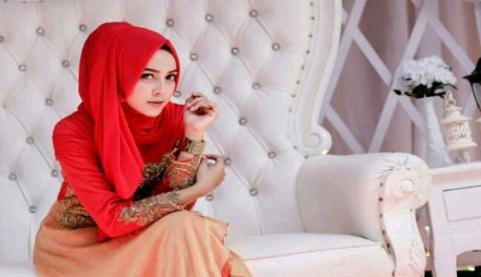 Tasikmalaya Kota yang mempunyai kultur islami yang kental ini menuntut para wanitanya untuk pandai dalam ilmu agama, sehingga datanglah ke kota ini jika mencari istri yang pandai agama, bahkan bersuara merdu dalam melantunkan bacaan Al Quran.