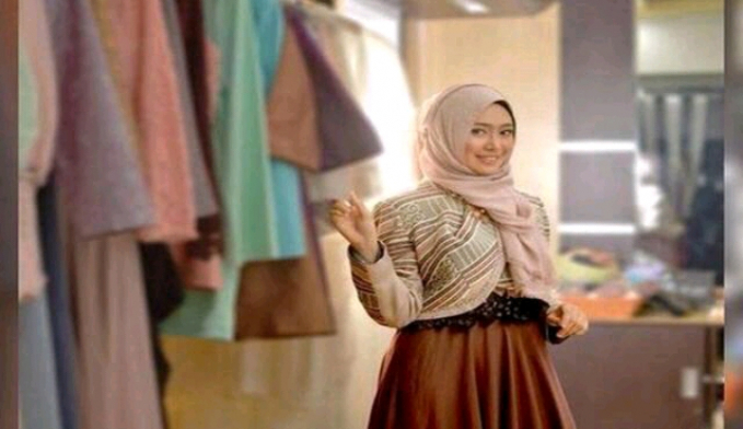 Makassar Di kota ini pernah ada kerajaan islam yabg sangat besar, dan ulama - ulama yang terkenal. Nggak cuman itu aja, disini juga banyak wanita yang berparas cantik dan taat beragama. Jadi tunggu apalagi, jika kamu nyari istri solehah dikota inilah tempatnya.