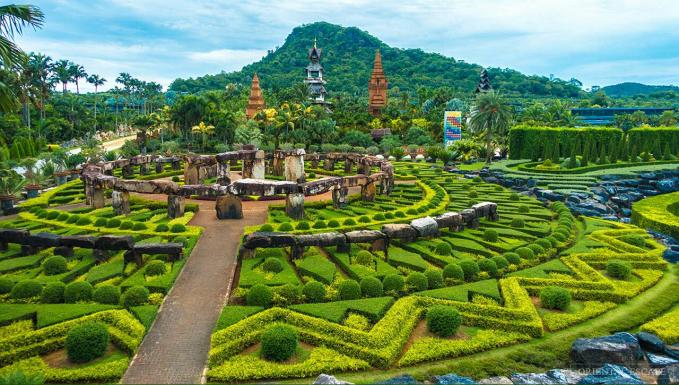 Suan Nong Nooch, Tailand Taman indah di Thailand ini terletak di Kota Pattaya. Taman ini sudah terkenal di kalangan wisatawan karena begitu indahnya. Seperti di negeri dongeng di taman ini terdapat rumah bergaya Thailand, villa, ruang perjamuan, restauran, dan kolam renang. Awalnya taman ini bukanlah taman tropis seperti sekarang. Taman ini digunakan sebagai kebun buah buahan pada tahun 1954. Taman ini baru dibuka untuk umum pada tahun 1980 dengan nama Suan Nong Nooch. Suan berarti kebun.