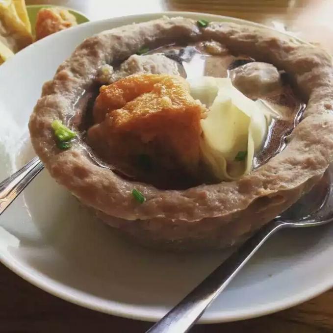 Bakso Mangkuk Bakso atau pentolnya berbentuk mangkuk. Seru yaaa. Habis yang di dalam mangkuknya trus mangkiuknya deh dimakan.