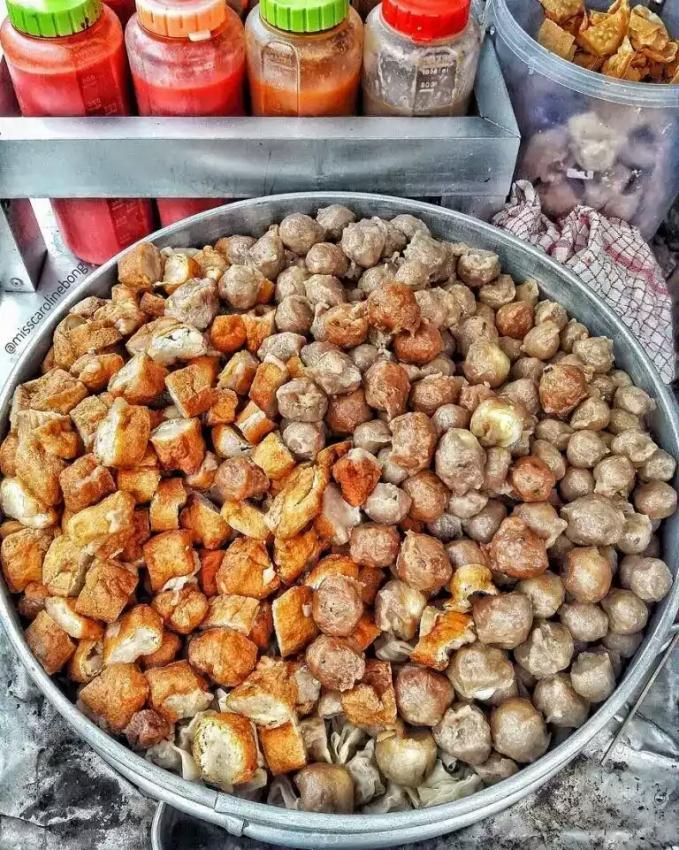 Bakso Pentol Budi Mulya Paket lengkap nih. Baksonya campur tahu gorengan juga ada. Rasanya uenak tenan.