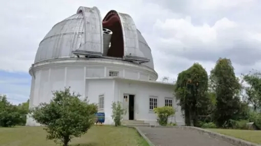 Observatorium Bosscha Bagi penggemar astronomi mengunjungi Observatorium Bosscha ini akan menjadi tempat paling favorit. Karena di sini kamu bisa mempelajari tentang perbintangan dan dapat melihat serta mengamati gugusan bintang bintang secara langsung lewat teleskop yang telah disediakan. Observatoriunm inibada di daerah pegunungan di Lembang yang mempunyai udara sangan sejuk dan indah.