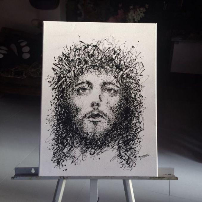 Kimberly melukis sosok wajah Yesus dengan menggunakan dua warna, yakni tinta hitam diatas kanvas putih.