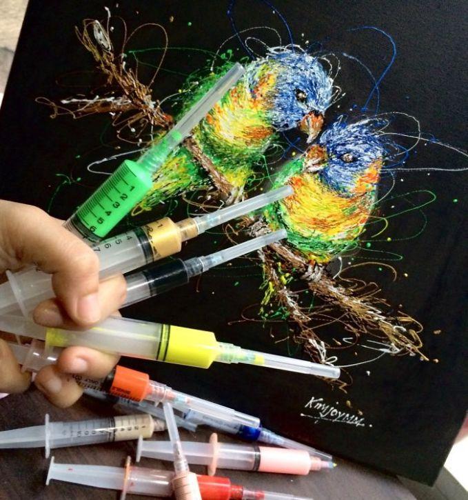 Begini nih cara dia memasukkan cat air ke dalam jarum suntiknya. Setelah warna dipilah barulah dituangkan ke atas kanvas.