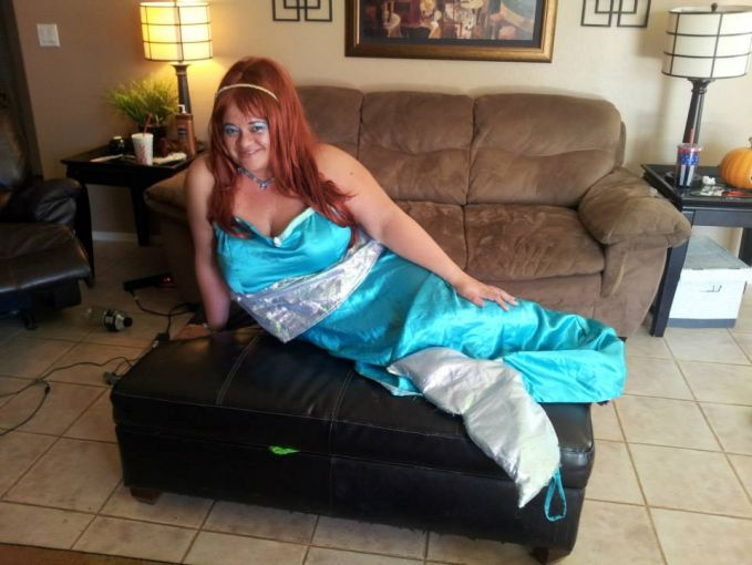 Ini namanya Putri Duyung yang takut berenang di laut, maunya cuma duduk di sofa doang.