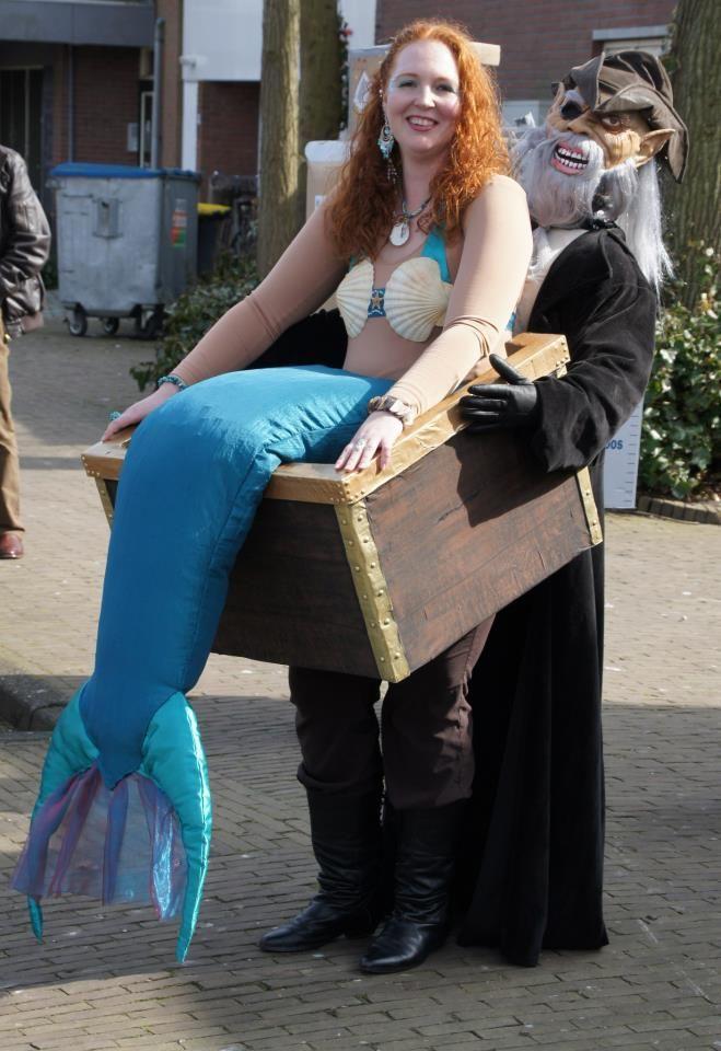 Ceritanya si Putri Duyungnya lagi ketangkap sama bajak laut dan dimasukin ke dalam boks. Mau dibawa kemana tuh?.