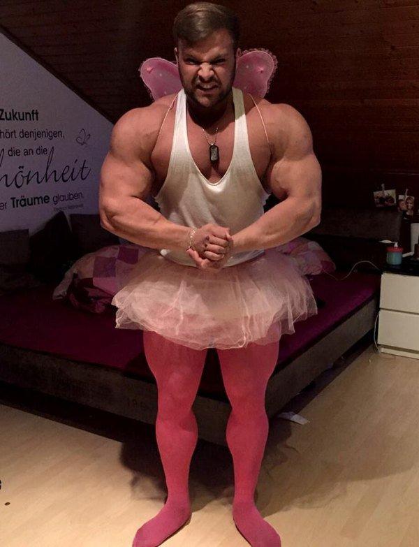 Siapa bilang seorang balerina badannya harus langsing dan lentik. Pria ini juga bisa tuh jadi balerina walaupun badannya kekar.