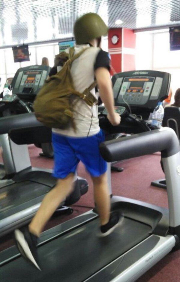 Biar treadmill lebih aman dan nyaman, pakailah helm seperti pria ini Pulsker. Apalagi buat para pemula, nggak ada salahnya. Kalau kalian nggak malu sih !.