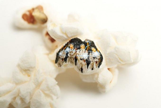Tentu skill tinggi dibutuhkan dalam membuat lukisan di popcornnya. Selain ukurannya yang kecil, tekstur popcorn juga akan mempengaruhi hasil.