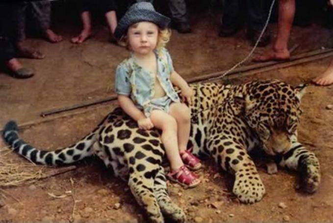 Nggak tanggung-tanggung, si anak kecil ini berani tuh naik macan. Kalah deh yang dewasa.