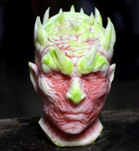 Guratan wajah sosok monster karya Valeriano Fatica ini detail banget walaupun menggunakan bahan buah semangka.