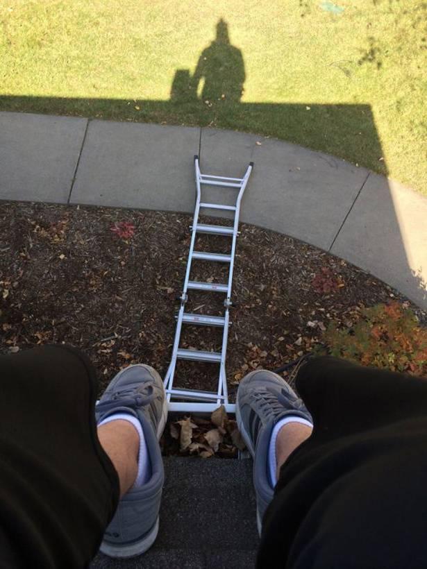 Pas lagi benerin genteng dirumah, mau turun eh tau-tau tangganya udah jatuh duluan. Tengok kanan-kiri nggak ada orang buat dimintai tolong. Apes bener !.