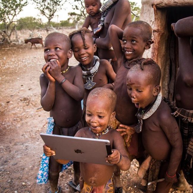 Bagi kita, melihat dunia melalui internet di gadget adalah hal biasa. Namun tidak bagi anak-anak pedalaman ini. Mereka nampak kagum banget saat pertama kali menggunakan teknologi mutakhir.