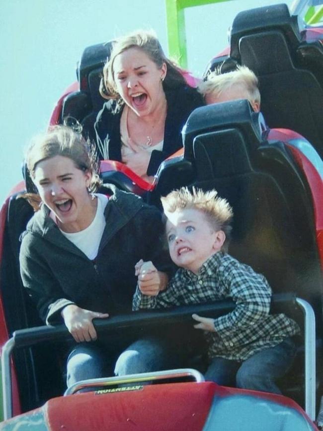 Lucu tapi kasihan juga ngeliat ekspresi adik kecil kita ini waktu dia pertama naik wahana roller coaster gaes. Kalian pasti kayak gitu juga kan?.