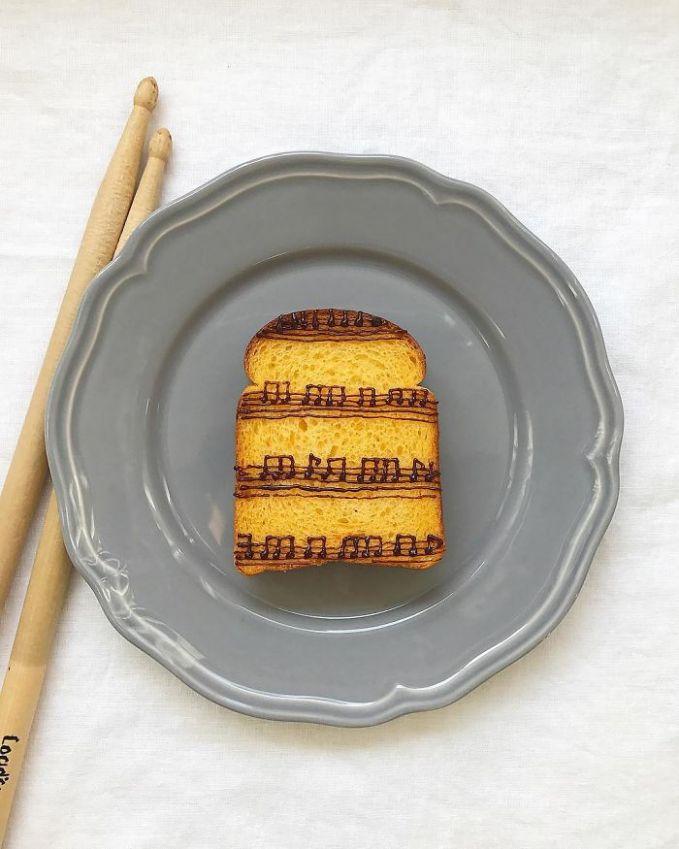 Kalau kalian suka sama nuansa musik lukisan di roti ini cocok banget buat mengawali hari.