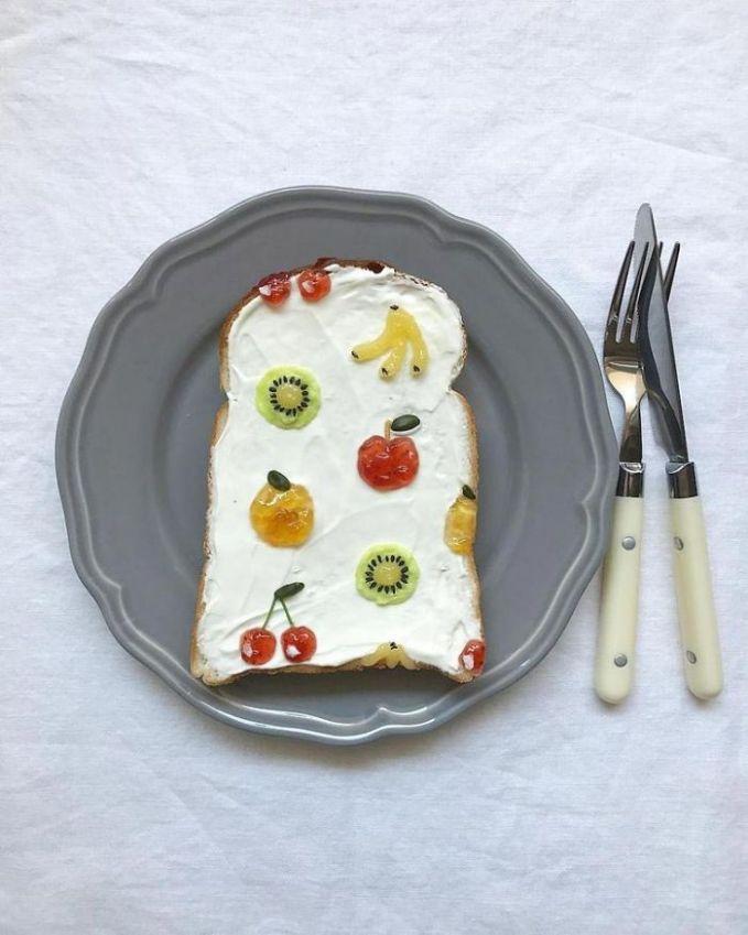 Ada banyak buah nih Pulsker diatas rotinya yang bikin segar suasana sarapan.