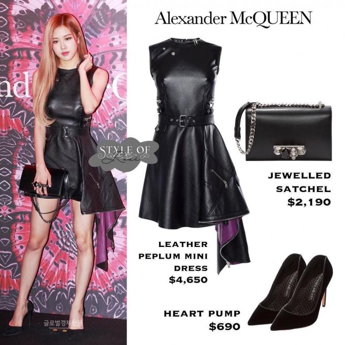 Rose melengkapi mini dress dengan outfitnya dan tas jewelled satchel dari brand ternama Alexander McQueen seharga Rp. 31,8 juta.