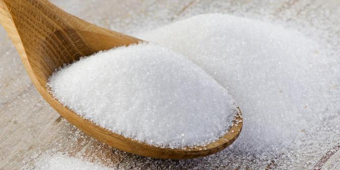 Gula Pasir - Tidak hanya digunakan sebagai campuran makan dan minuman, gula jika dicampur dengan sabun mandi mampu mencerahkan kulit.