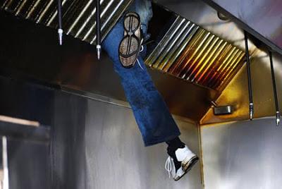 Seorang pencuri ketahuan aksinya setelah terjebak disebuah lubang ventilasi, kejadian tersebut membuat pencuri tersebut dibawa petugas untuk mempertanggung jawabkan aksinya.