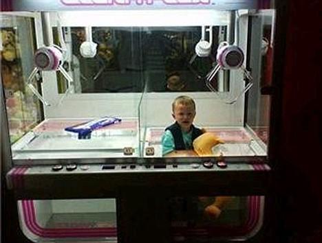 Seorang balita berumur 3 tahun terjebak dalam mesin arcade, saat diajak ibunya Elaine berlibur ke Skegness, balita tersebut mencoba permainan beberapa kali namun tidak sukses, hingga membuatnya masuk melewani lobang mesin tersebut, sayangnya dia tidak bisa keluar lagi.